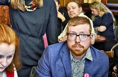 Misha Dellinger kuvattuna vasemmistoliiton puheenjohtaja Li Anderssonin vaalivalvojaisissa.
