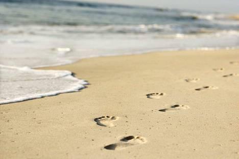 Meille myydään ja me haluamme ostaa mielikuvia. Kyse on paluusta lapsuuden ikuisiin kesiin ja paljaista jaloista hiekkarannalla.