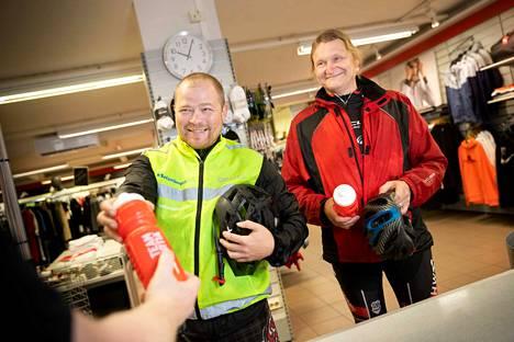 Älä unohda nesteytystä! Helteellä vettä pitäisi hörpätä vähintään 20 minuutin välein, ja mukaan on hyvä varata myös magnesiumia ja kaliumia sisältäviä urheilujuomia. Juha Rantanen ja Jukka Hietamäki nappasivat vesipullot Team Sportiasta.