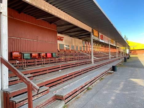 Pohjanlinnan stadionilla on jo nyt noin 500 katsomopaikkaa katon alla. Korona-ajan turvaväleillä kapasiteetti on luonnollisesti pienempi kuin normaalioloissa. Eri asia on, kuinka moni katsojista ahtautuu sateellakaan kolmospuolelle.