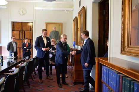 Antti Rinne tapasi viimeisenä puolueena sunnuntaina keskustan ja Juha Sipilän.