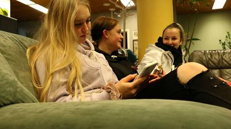 Turenkilaiset Jemina Kullaa, Eira Wikström ja Aino Rantanen kertoivat viettäneensä korona-ajan suurelta osin kotona. Kasvokkain tapaamisia kavereiden kanssa oli vähän.