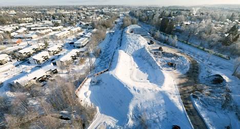 Hakametsän lumenkaatopaikka on yksi kolmesta Tampereen alueella sijaitsevasta lumenkaatopaikasta, joille on kuluvan talven aikana viety Tampereen katuverkoilta sekä kiinteistöjen piha-alueilta yhteensä noin 12 000 kuormaa lunta. Kuva on yhdistelmä useammasta valokuvasta