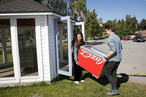 Rasmus ja Olivia Pudas pyörittivät viime kesänä omaa kesäkahvilaa Luvialla.