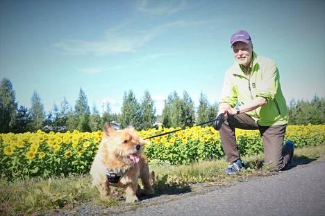 Erik Sallinen ja Elmo on tuttu parivaljakko Nakkilan keskustassa, jossa heidät voi nähdä päivittäin kävelylenkeillä.