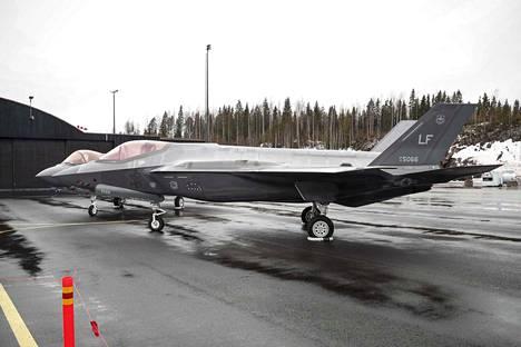 Kaksi F-35-hävittäjää lensi eilen illalla Suomeen. Yhtiön koelentäjät kävivät mediatilaisuudessa, mutta heillä on maanantaina lepopäivä.