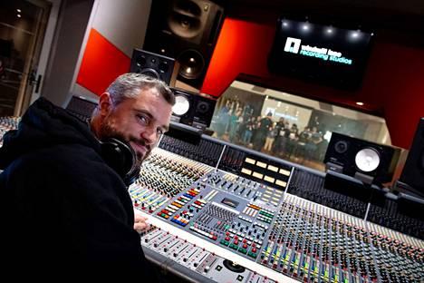 Studio 1:ssä on äänitetty monen artistin ja yhtyeen lisäksi myös suurempien orkesterituotantojen musiikkia. Äänipöydän takana on Phil Brady.