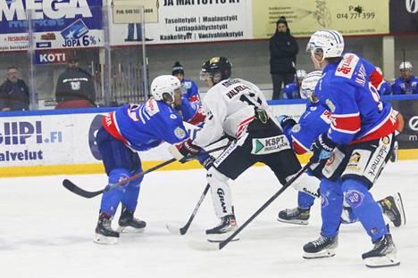 Tämän kauden alussa KeuPa HT:n mukana harjoitusotteluissa pelannut puolustaja Olli Saarinen (vasemmalla) pukee alkavalla sarjakaudella ylleen Mestis-paidan.