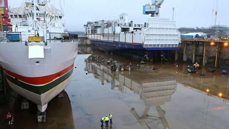 Satakunnan kuntien saamat 68 miljoonaa euroa ovat samaa suuruusluokkaa kuin Rauman telakalla vuonna 2018 vesille lasketun autolautan (oikealla) kauppahinta.