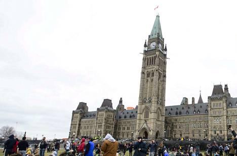 Kanadan parlamentin edustalla on suuri nurmialue, johon kansalaiset kokoontuvat viettämään juhlapäiviä, osoittamaan mieltään tai pelkästään paistattelemaan päivää. Arkistokuva.