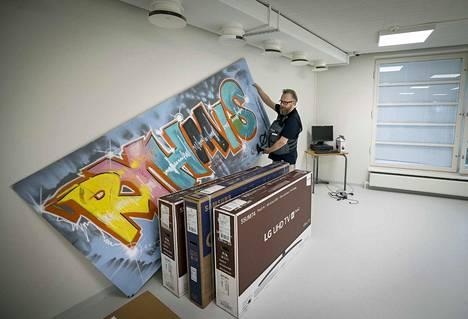 Oulun vastaanottokeskuksessa avataan uudelleen jo kerran suljettu alaikäisten turvapaikanhakijoiden ryhmäkoti. Ohjaaja Jyri Siliämaa esittelee ryhmäkodin kylttiä.