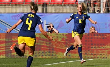 Ruotsin Sofia Jakobsson tuuletti 1–1-tasoitusmaaliaan ensimmäisellä puoliajalla.