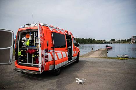 Pelastuslaitos sai viime kesänä tehtävän Tampereen Viinikanlahdelle öljyvahinkoepäilyn vuoksi. Pelastajat etsivät öljyä veneestä ja dronella.