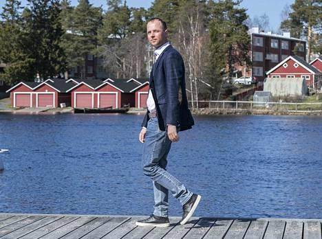Sijoittaja.fi:n perustaja ja hallituksen puheenjohtaja Timo Heikkilä sanoo, ettei suurenkaan rahamäärän pitäminen pankkitilillä ole nykyisessä markkinatilanteessa tyhmyyttä.