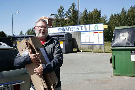 Omakotitalossa asuva Jari Hohtari asioi Prisman kierrätyspisteellä. Hohtari sanoo, että kierrätettävien jätteiden välivarastoinnissa on oma hommansa. Jätteet kuitenkin kulkeutuvat kierrätyspisteelle samalla, kun käy kaupassa ruokaostoksilla.