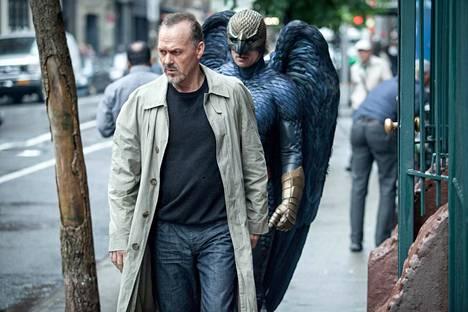 Birdman voitti neljä Oscaria. Michael Keaton on entinen supersankari-leffojen tähti, joka yrittää uutta uraa vakavana näyttelijänä.