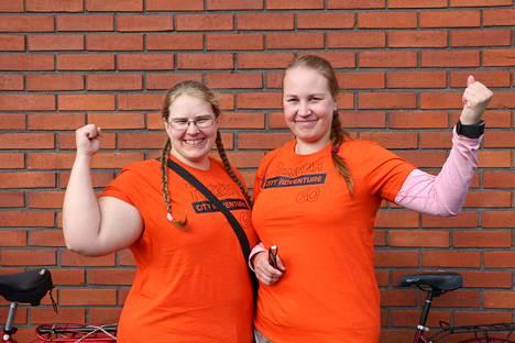 Punakorvakilpakonnien omistajat Anja Rantanen ja Serena Kyrkkö nauttivat tiilikaupungin humusta.