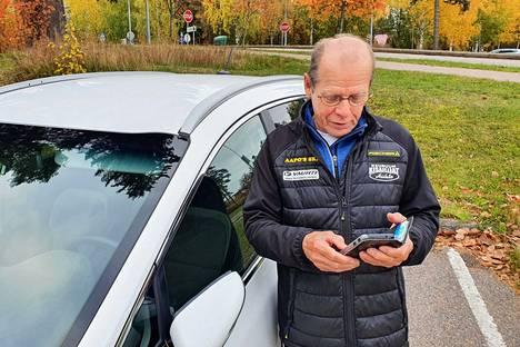 Nuorten SM-hiihtojen kilpailujohtajan Veikko Ahosen päivät ovat kiireisiä. Puhelin ja auto ovat hänelle tärkeitä työkaluja, kun kisajärjestelyt ovat suunnitteluvaiheessa.