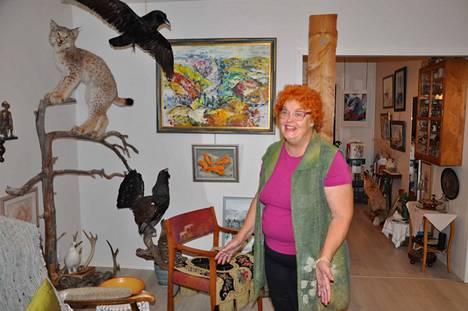 –Minä olen aina ollut kaiken vanhan tavaran ihailija ja omistaja, Anne Laitinen toteaa. Entinen taideateljeen omistaja on somistanut kotinsa rakkailla Lapin muistoillaan.