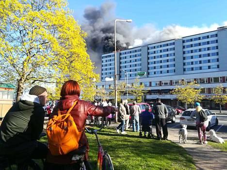 Keskuskartanon tulipalo on kerännyt paljon ihmettelijöitä.
