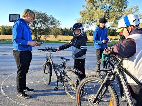 Forsport katsastaa Antonin pyörää.