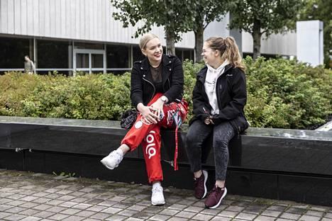 Ensimmäisen vuoden saksan opiskelija Elina Assiep muutti kuun alussa Tampereelle Asikkalasta. Toisen vuoden saksan opiskelijan ja tutorin Susanne Seppälän (vas.) kanssa juuri kaupunkikierrokselta palannut Assiep odottaa, että pääsee opintojen alussa tutustumaan uusiin ihmisiin ja opiskelijaelämään.