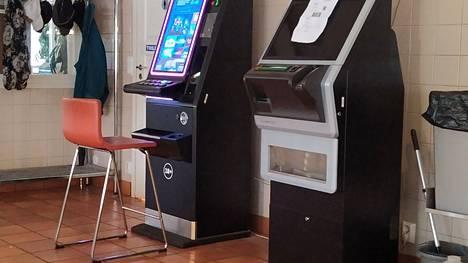 Rahapeliyhtiö Veikkaus kertoo, että lähes 30 000 ihmistä on asettanut eston pelata automaateilla tai verkossa. Yhtiön mukaan tavoitteena on, että kaikki pelit edellyttävät tunnistautumista vuoden 2023 loppuun mennessä.
