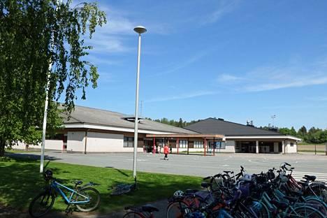 Panelian koulun vanhan osan vesikatossa on havaittu sateella vesivuotoja. Koulun vanha osa kuvassa vasemmalla puolella.