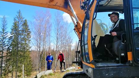 Timo Kangasjärvi ja Seppo Tolvanen seuraavat taempana, kun Juhani Rikkonen kaivaa portaille väylää rinteeseen Parkkivuoren urheilutalon taakse.