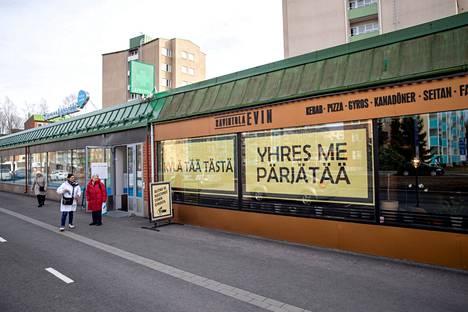 Tällaiset kyltit koristivat tamperelaisen ravintola Evinin ikkunoita viime keväänä koronasulun aikana. Nyt ravintolat menevät jälleen kiinni, ja Aamulehti koostaa päivittyvän listan noutoruokaa myyvistä paikoista.
