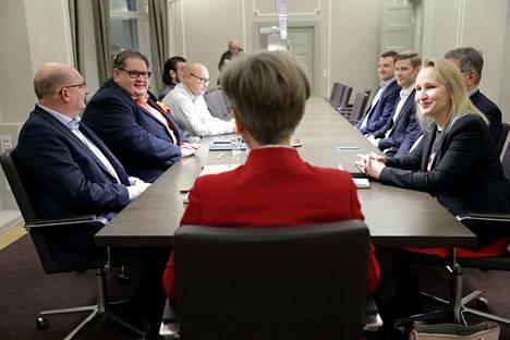 Teollisuusliiton puheenjohtaja Riku Aalto (vas.) ja Teknologiateollisuuden työmarkkinajohtaja Minna Helle (oik.) eivät päässeet sopuun vielä valtakunnansovittelija Vuokko Piekkalan (kesk.) toimistolla.