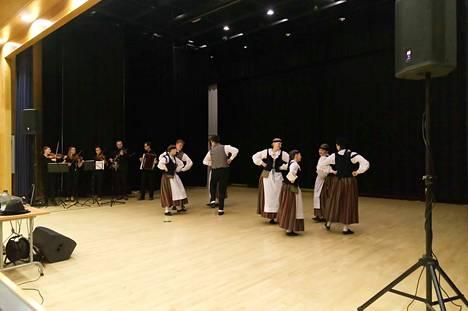 Kahden kansantanhuryhmän kanssa tulleet kaustislaiset esittivät monenlaisia tansseja Häly-pelimanniryhmän säestyksellä.