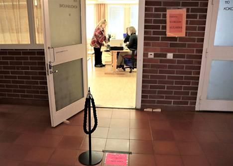 Sinikka Anttila kävi äänestämässä samalla, kun oli muutakin asiaa Ylikylästä keskustaan. Vaalitoimitsijoina olivat iltapäivävuorossa Tiina Holma ja Terhi Mattila.