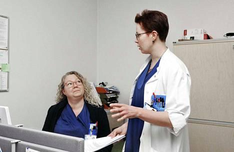 Keinoja löytyy. Palveluesimies Jaana Nyman ja päivystyksen ylilääkäri Anu Tuomikoski ovat pohtineet paljon sitä, miten työn tekeminen Oulaskankaan sairaalassa järjestetään mahdollisimman sujuvaksi.