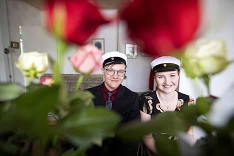 Kaksoset Ulriika ja Tuomo Loula kirjoittivat komeat ylioppilastodistukset Nakkilan lukiosta. Stipendejäkin tuli molemmille.
