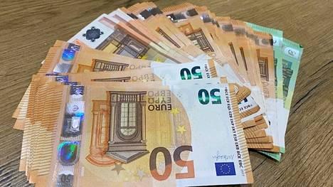 Suomalaisten talletukset ovat paisuneet jo noin 108 miljardiin euroon. Samaan aikaan myös kotitalouksien sijoitukset ovat kasvaneet.
