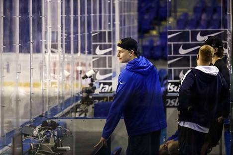 Kaapo Kakoo seurasi Kosicessa USA:n päiväharjoituksia ennen Suomen joukkueen harjoituksia.