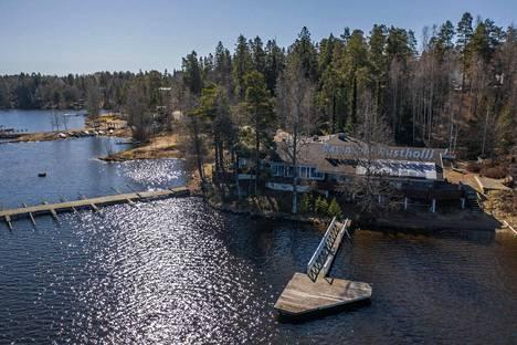 Näsijärven rannalla sijaitseva Ravintola Rustholli on monille tamperelaisille tuttu juhlapaikka, vaikka rakennuksen kunnon osalta kulta-aika on jo ohitettu.