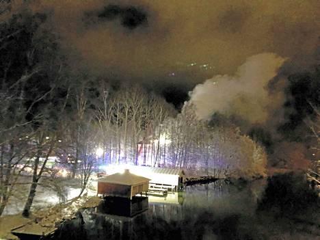 Tehdasrakennus paloi perjantaina. Paloa oli sammuttamassa noin 40 ihmistä.