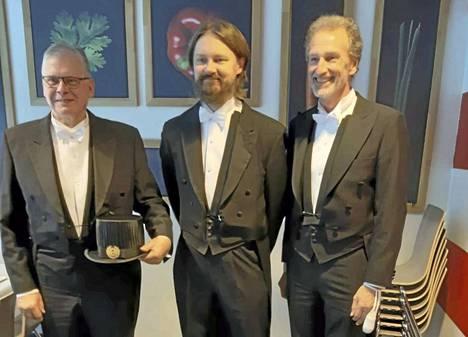 Tomi Ryynänen (keskellä) on väitellyt tohtoriksi. Vastaväittäjä oli professori Andreas Offenhäusser (oikealla) Jülichin tutkimuskeskuksesta Saksasta ja kustoksena professori emeritus Jukka Lekkala (vasemmalla) Tampereen yliopistosta.