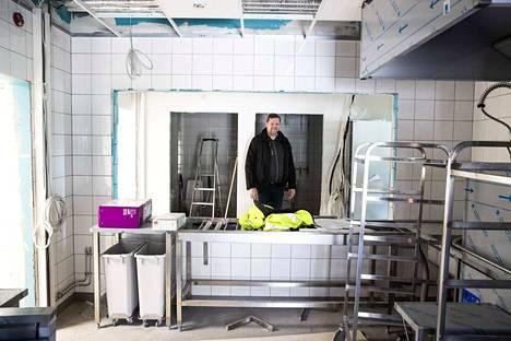 Projektipäällikkö Jan-Erik Järventie katsoo jakelukeittiöön. Ruoka oppilaille tulee Arvo Ylpön keittiöstä Toijalasta.