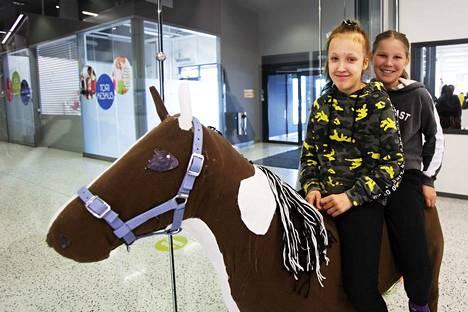 Milja Kupiainen ja Mona Granroth rakensivat koulutyönä ison hevosen. Mukana oli myös Meeri Siivonen, joka ei päässyt kuvaan. Tytöt harrastavat ratsastusta myös oikeilla hevosilla.