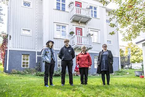 Neljän asunnon pienkerrostalon takapihalla kasvaa omenapuita. Jaakko ja Lauri Mäenpää, Eila Laapotti ja Arja Rosenqvist nauttivat asumisesta rauhallisella asuinalueella.
