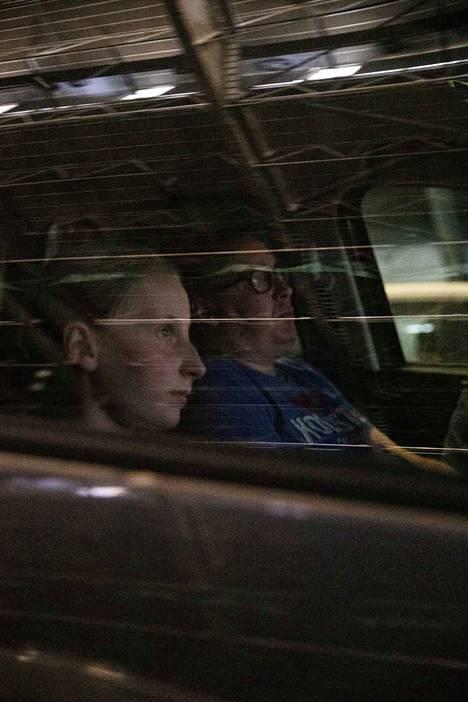 Isla Kulmala, 11, piti kovasti Tuukka Temosen Aika jonka sain -elokuvasta. Hän katsoi sen maanantai-iltana drive in -näytöksessä isänsä Ville Kulmalan kanssa.