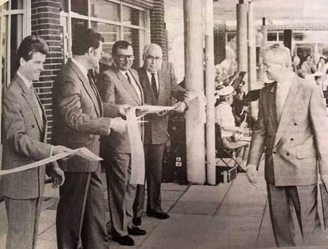 """Tervakosken liikekeskuksen avajaisia vietettiin 5. kesäkuuta vuonna 1989.  """"Isot talot avataan aina nauhan leikkauksella. Saksijonoina osuuspankkilaiset Aarne Rantala (vas.), Matti Liukkonen, Juhani Saarinen, Pentti Luukkonen ja Tuomo Marjanen."""""""