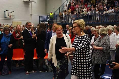 Presidentti Tarja Halonen saapui Sylvään koulun juhlasaliin kaupunginvaltuuston puheenjohtajan Ulla Yli-Hongiston ja muiden kaupungin edustajien saattamana.