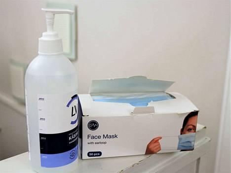Huolellinen käsihygienia ja maskien käyttö ovat yhä tarpeen, jotta korona pysyy aisoissa.