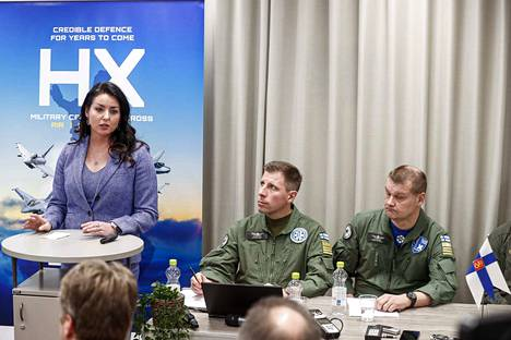 Everstit Juha-Pekka Keränen (oik.) ja Aki Heikkinen olivat johdossa hävittäjien testaustapahtumassa tammi–helmikuussa Satakunnan lennostossa Pirkkalassa. Boeingin Jennifer Tebo kertoi Super Hornetista 19. helmikuuta.