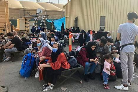 Ihmiset odottavat evakuointia Kabulin lentokentällä Afganistanissa 18. elokuuta 2021.