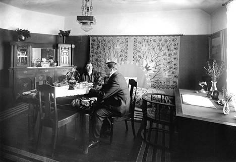 Tältä näytti helsinkiläisen Grenin pariskunnan kotona vuonna 1924. Ajalle tyypilliseen tapaan oleskelutilassa keskeisessä roolissa oli ruokailuryhmä, jonka ylle oli ripustettu kattovalaisin.